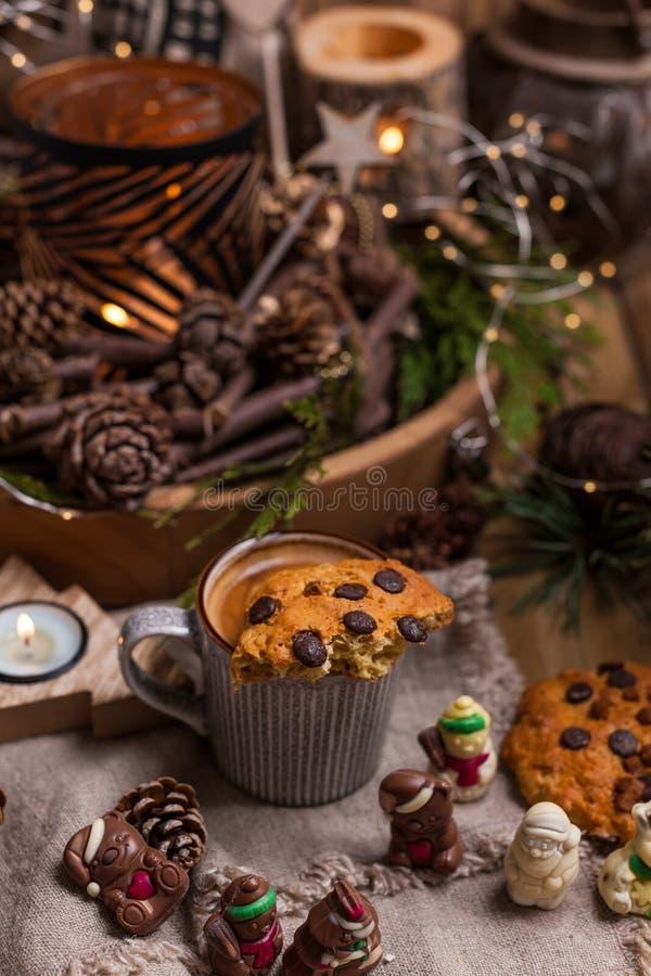 芬芳热的咖啡和巧克力饼干圣诞老人项目的 假日和一舒适圣诞节气氛的一份饮料 自由空间为 图库摄影