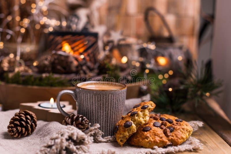 芬芳热的咖啡和巧克力饼干圣诞老人项目的 假日和一舒适圣诞节气氛的一份饮料 自由空间为 库存照片