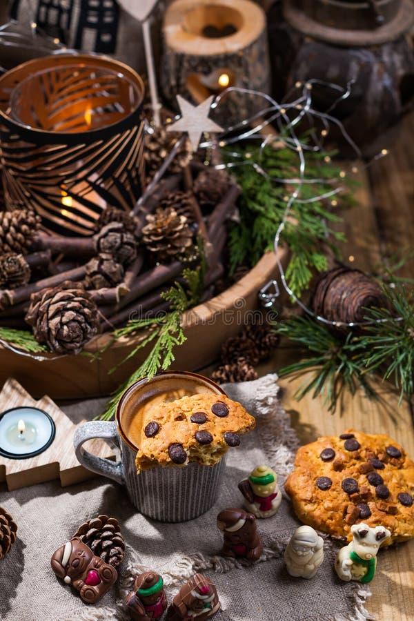 芬芳热的咖啡和巧克力饼干圣诞老人项目的 假日和一舒适圣诞节气氛的一份饮料 自由空间为 免版税库存照片