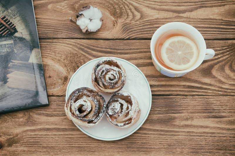 芬芳茶用柠檬和新鲜的自创曲奇饼在桌上 库存图片