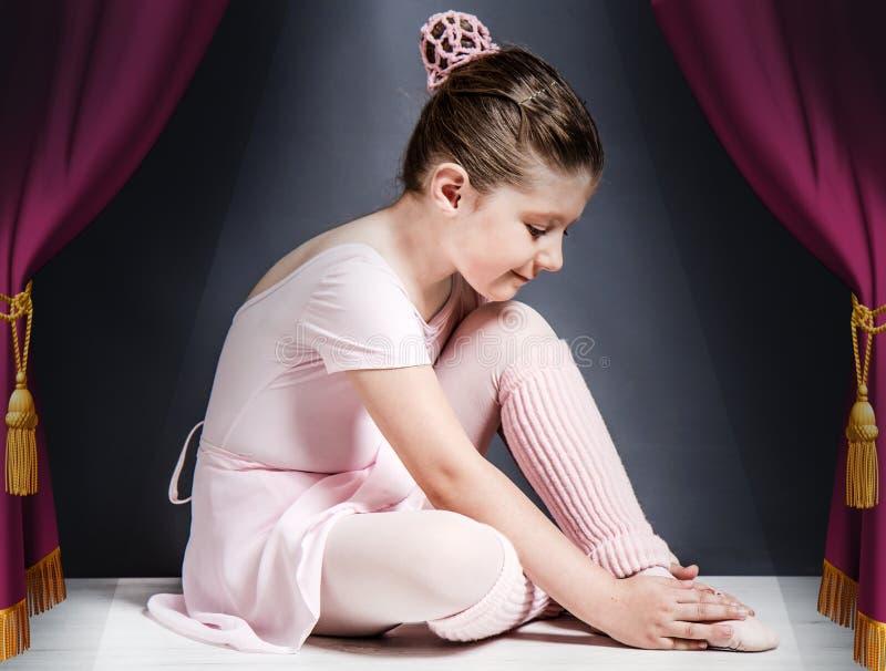 芭蕾姿势古典舞蹈的美丽的年轻芭蕾舞女演员 免版税库存照片