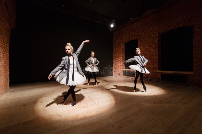 芭蕾概念 年轻芭蕾舞女演员女孩 排练的妇女在一件白色芭蕾舞短裙和一件灰色夹克 准备a 免版税库存照片