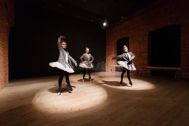芭蕾概念 年轻芭蕾舞女演员女孩 排练的妇女在一件白色芭蕾舞短裙和一件灰色夹克 准备a 库存图片