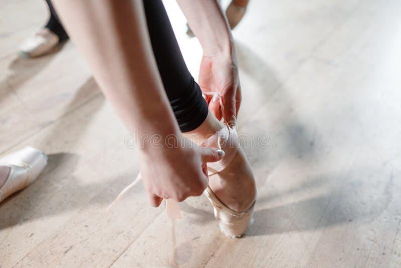 芭蕾概念 Pointe鞋子关闭  年轻芭蕾舞女演员女孩 排练的妇女在黑紧身衣裤 准备a 库存照片