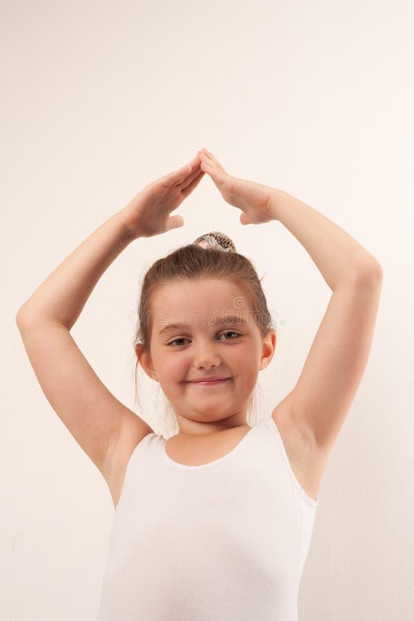 芭蕾照相机逗人喜爱的舞蹈演员微笑&# 免版税图库摄影