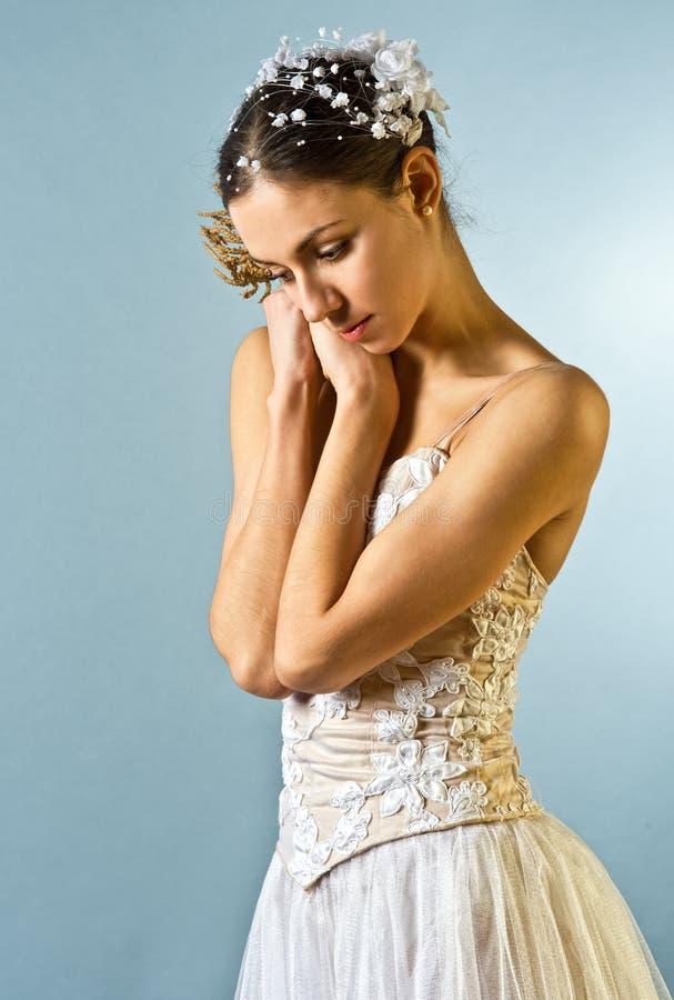 芭蕾美丽的舞蹈演员纵向 免版税库存照片