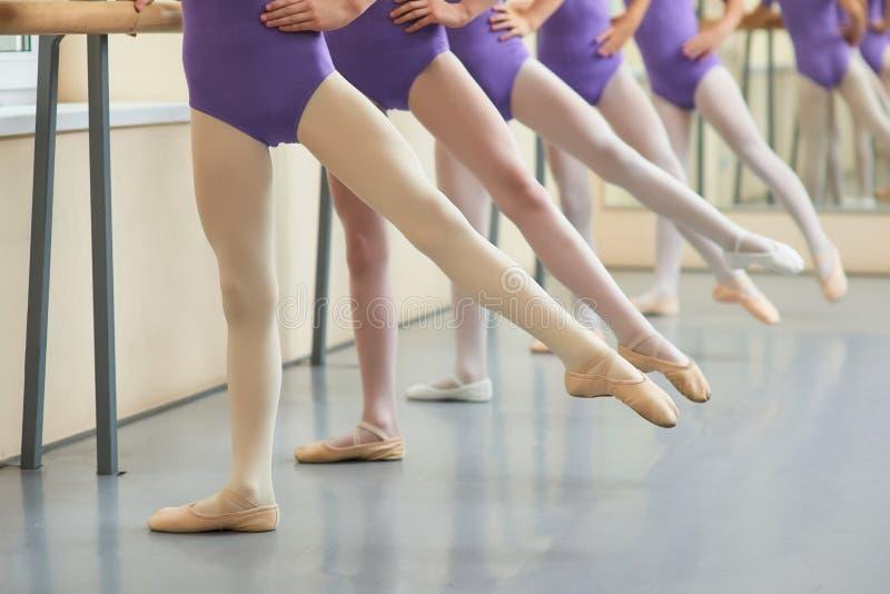 芭蕾背景,有的芭蕾舞女演员实践 库存图片
