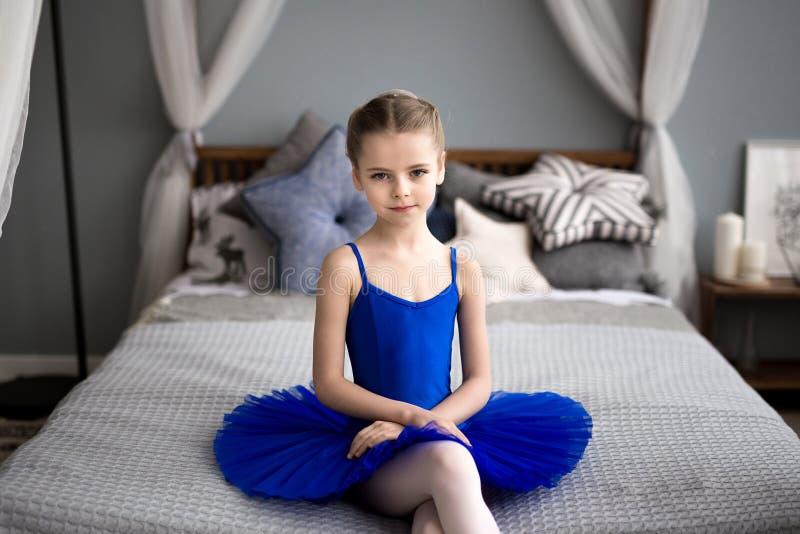 芭蕾舞女演员一点 逗人喜爱的小女孩梦想成为芭蕾舞女演员 免版税库存图片
