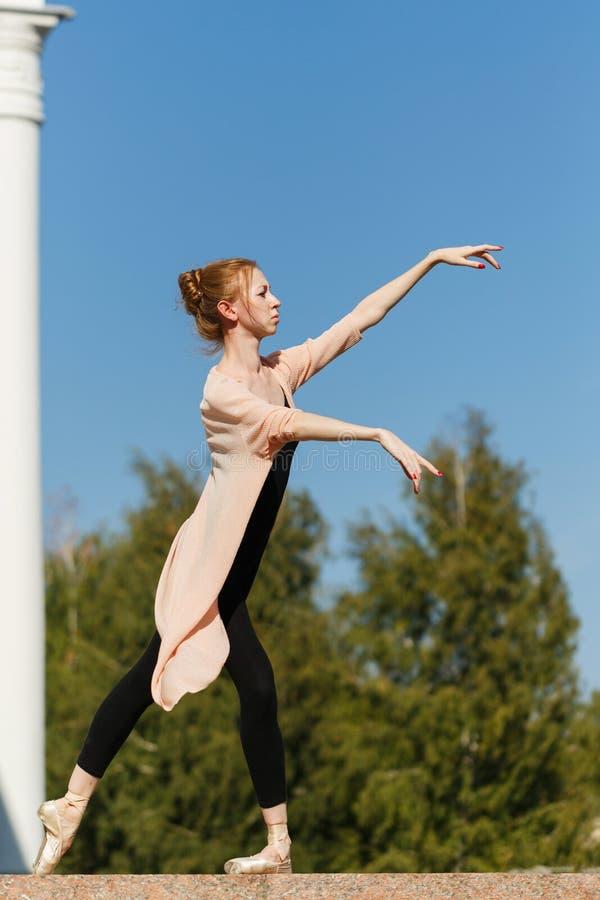 芭蕾舞女演员在大厦前面跳舞 免版税库存照片
