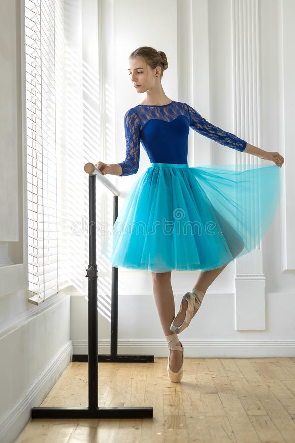 芭蕾舞女演员在纬向条花训练 免版税库存图片