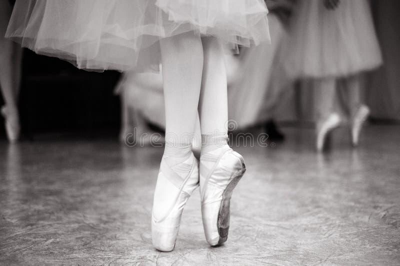 芭蕾舞女演员在舞厅里训练 库存照片
