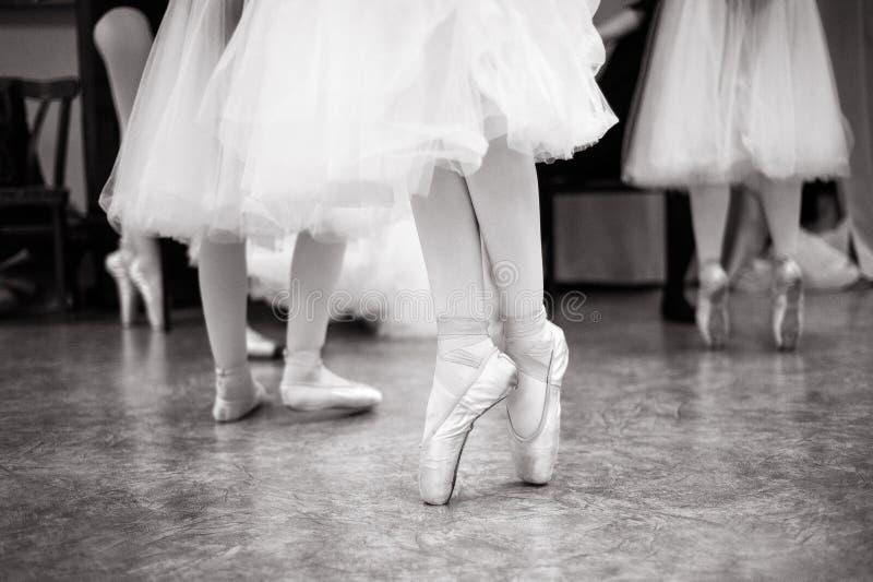 芭蕾舞女演员在舞厅里训练 免版税图库摄影