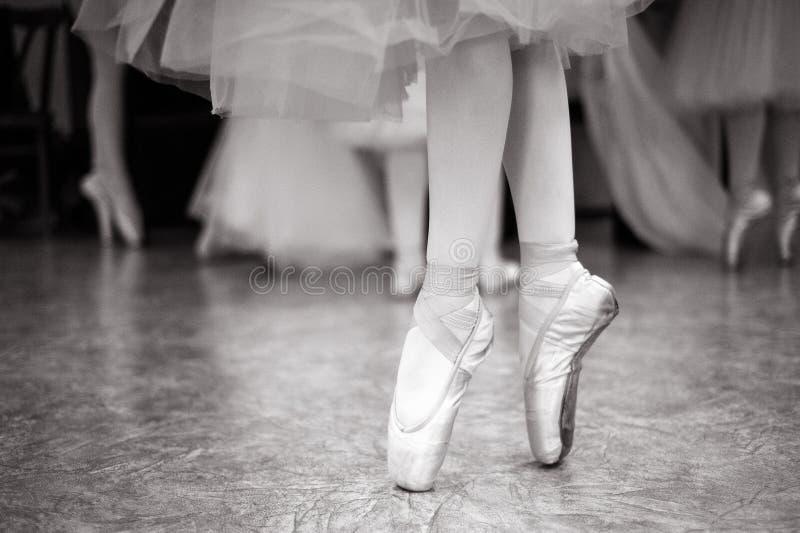 芭蕾舞女演员在舞厅里训练 免版税库存照片