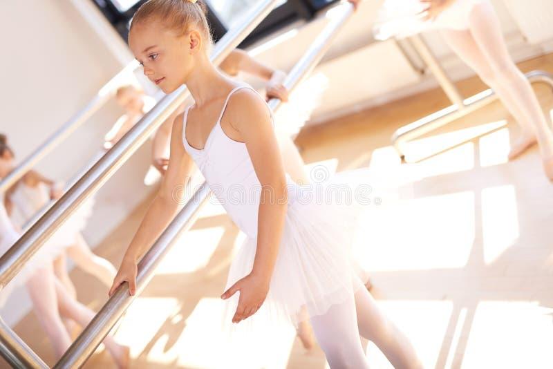 年轻芭蕾舞女演员在芭蕾学校 免版税库存照片
