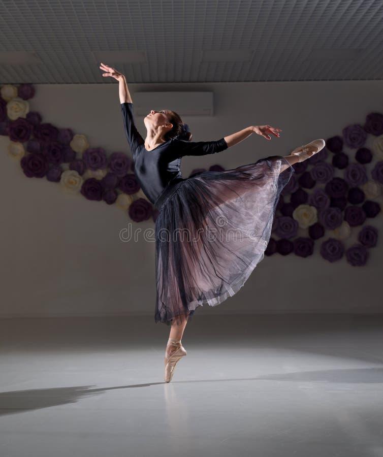 芭蕾舞女演员在训练大厅里 库存图片