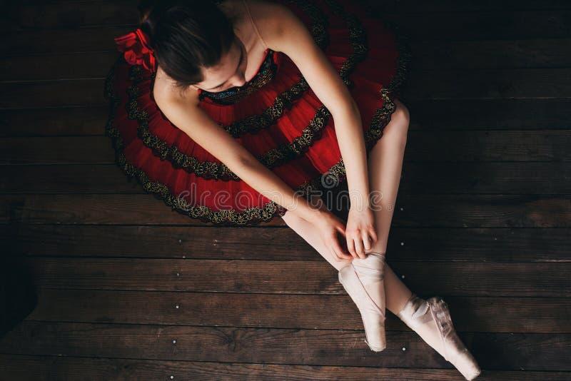 芭蕾舞女演员坐地板 免版税库存照片