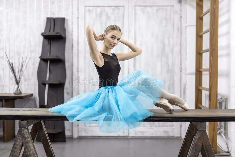 芭蕾舞女演员坐桌 免版税库存照片