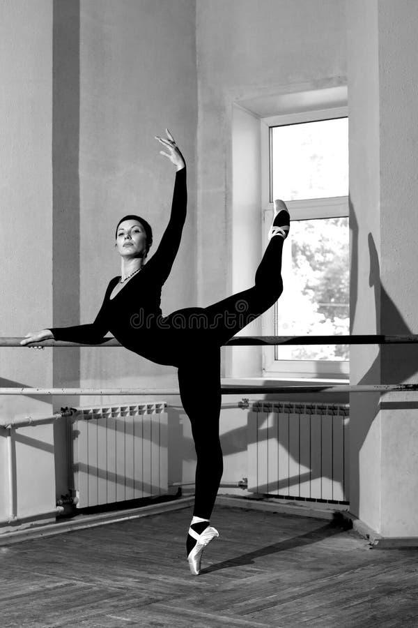 芭蕾舞女演员培训 免版税图库摄影