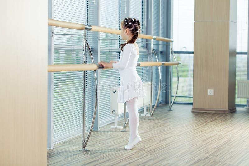 芭蕾舞女演员女孩一点 跳舞古典芭蕾的可爱的孩子在一个白色演播室 库存图片