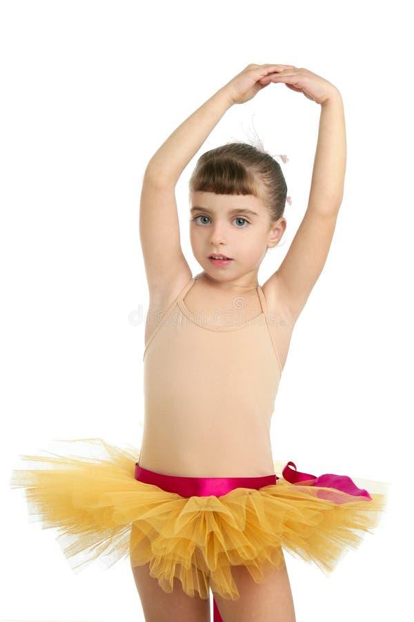 芭蕾舞女演员女孩摆在工作室的少许&# 图库摄影