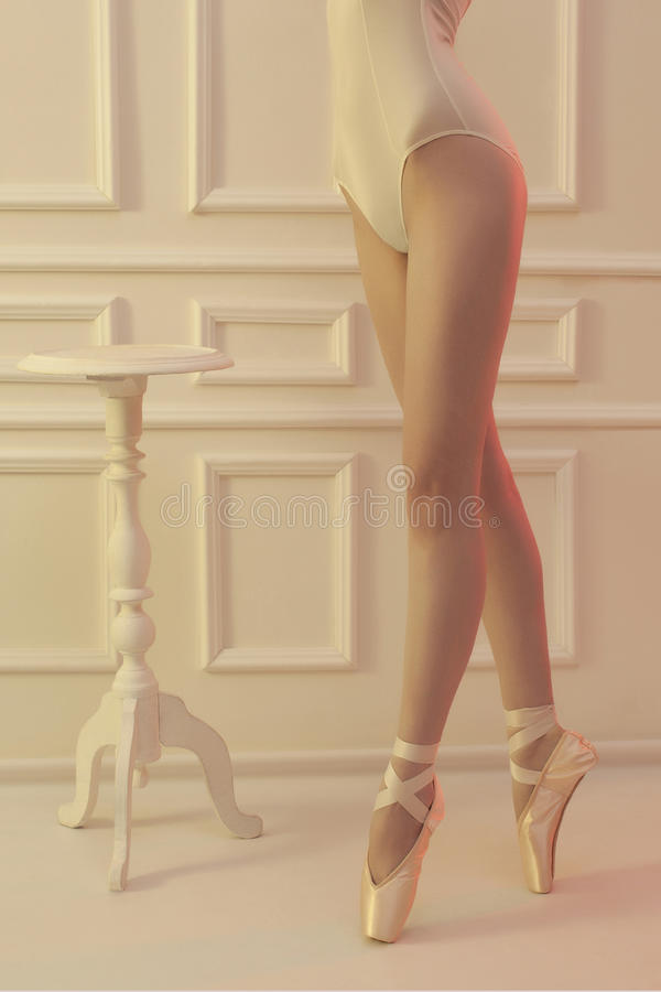 芭蕾舞女演员妇女 芭蕾舞鞋的性感的身体女孩 库存图片
