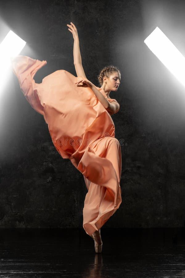 芭蕾舞女演员展示舞蹈技能 美好的经典芭蕾 免版税库存图片