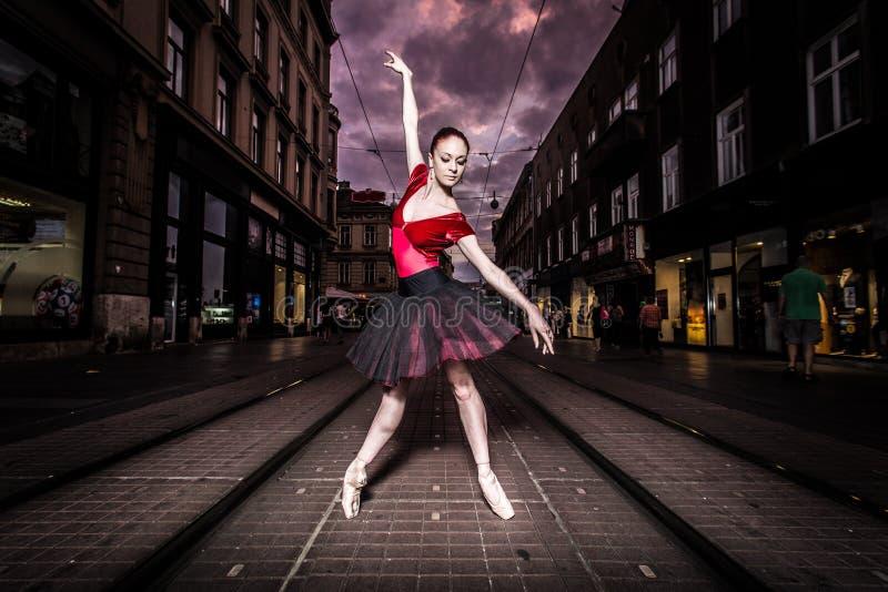 芭蕾舞女演员执行者在城市 库存照片