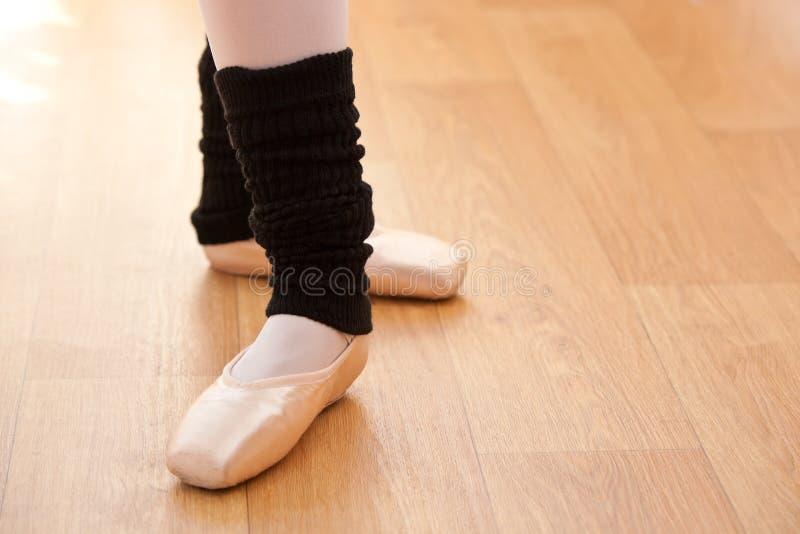 芭蕾舞女演员接近的英尺课程s 库存图片