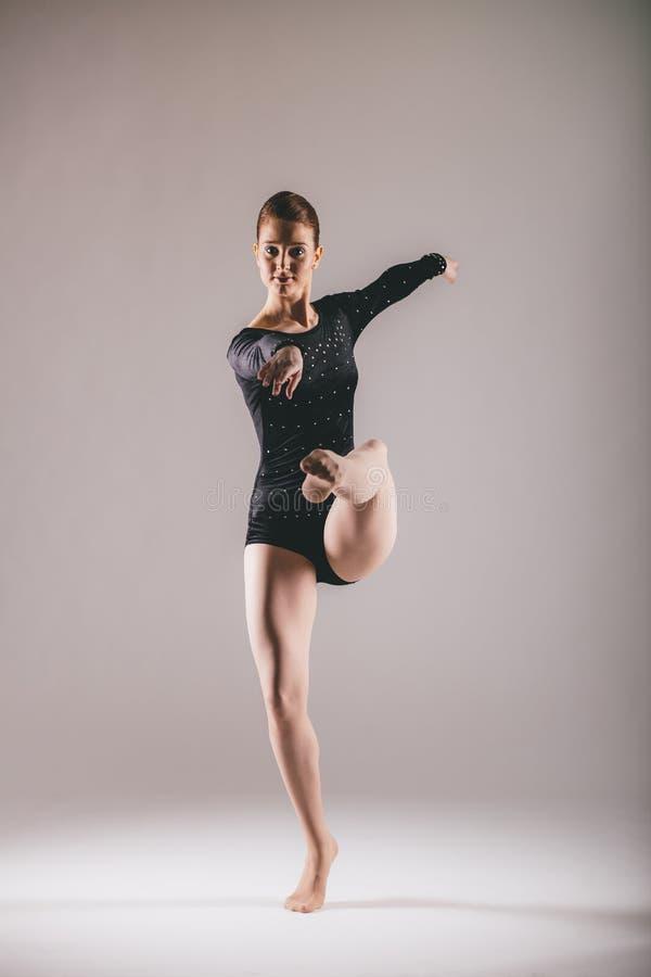 芭蕾舞女演员有锻炼在演播室 免版税库存照片