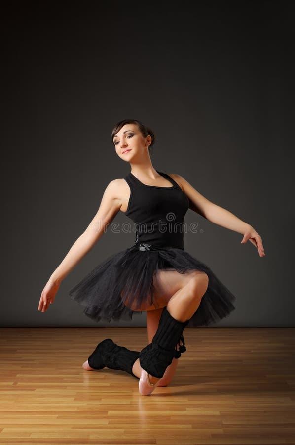 芭蕾舞女演员楼层坐 免版税库存照片