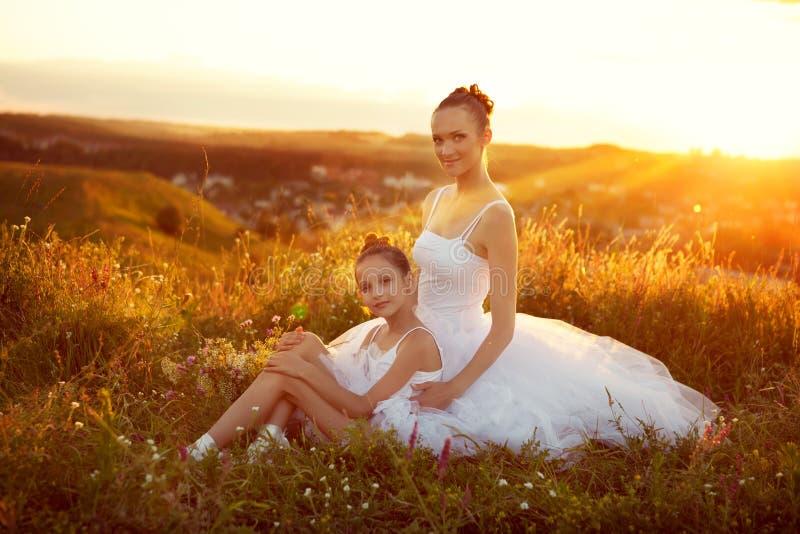 芭蕾舞女演员母亲和女儿 免版税图库摄影