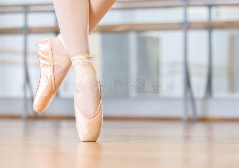 芭蕾舞女演员的跳舞腿特写镜头pointes的 库存照片