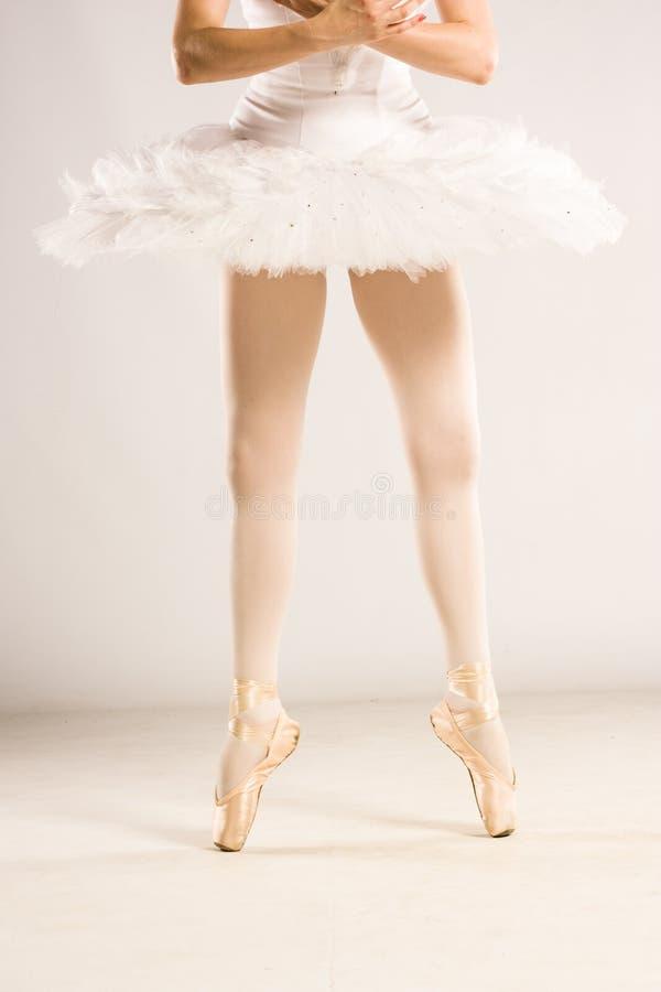 芭蕾舞女演员的pointes在演播室 图库摄影