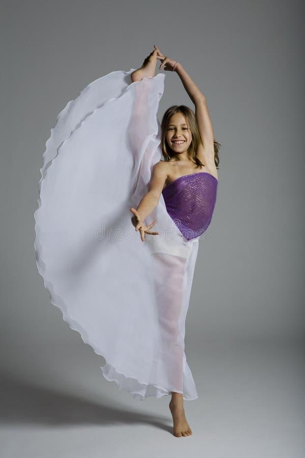 芭蕾舞女演员纵向涉及年轻人的技巧&# 免版税图库摄影