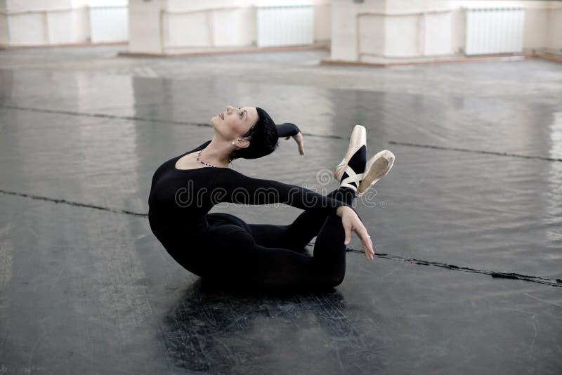 芭蕾舞女演员舒展培训 免版税库存图片