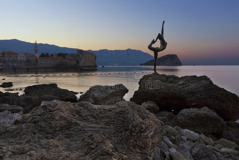 芭蕾舞女演员舞蹈家雕象,站立在岩石 布德瓦, 2018年8月 免版税图库摄影