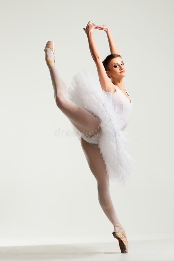 年轻芭蕾舞女演员舞蹈家 免版税库存图片