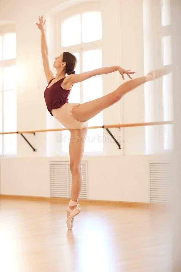 芭蕾舞女演员训练在演播室 免版税库存照片