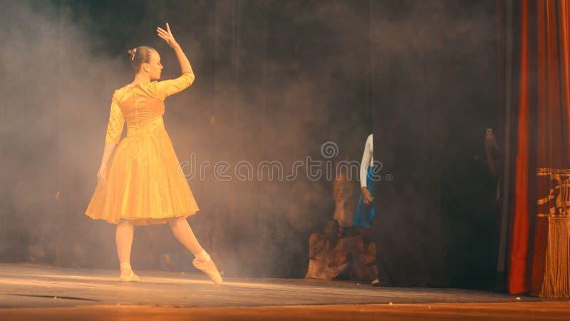 芭蕾舞女演员跳舞在剧院 免版税库存照片