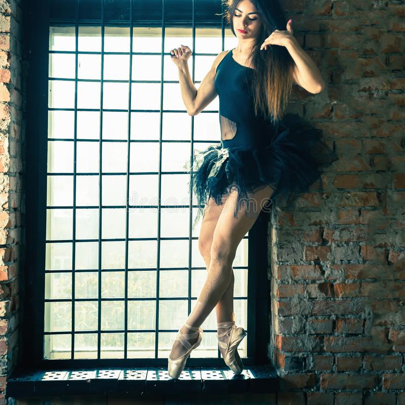 芭蕾舞女演员跳舞室内,葡萄酒 健康生活方式芭蕾 库存图片