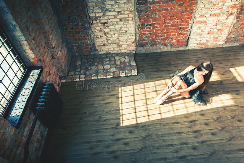 芭蕾舞女演员跳舞室内,葡萄酒 健康生活方式芭蕾 库存照片
