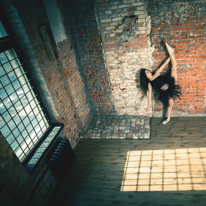 芭蕾舞女演员跳舞室内,葡萄酒 健康生活方式芭蕾 免版税库存图片
