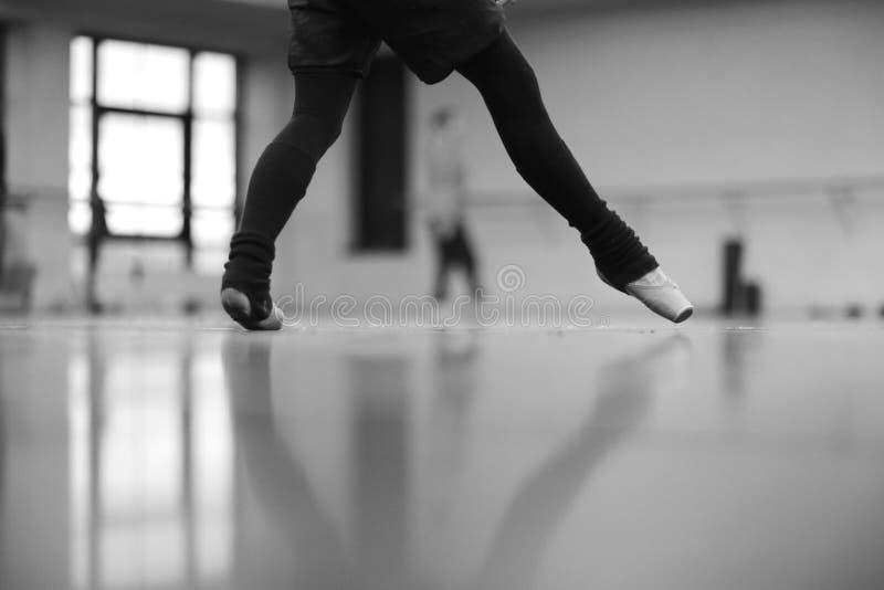 芭蕾舞女演员跳舞的阶段在pointe的 免版税库存照片