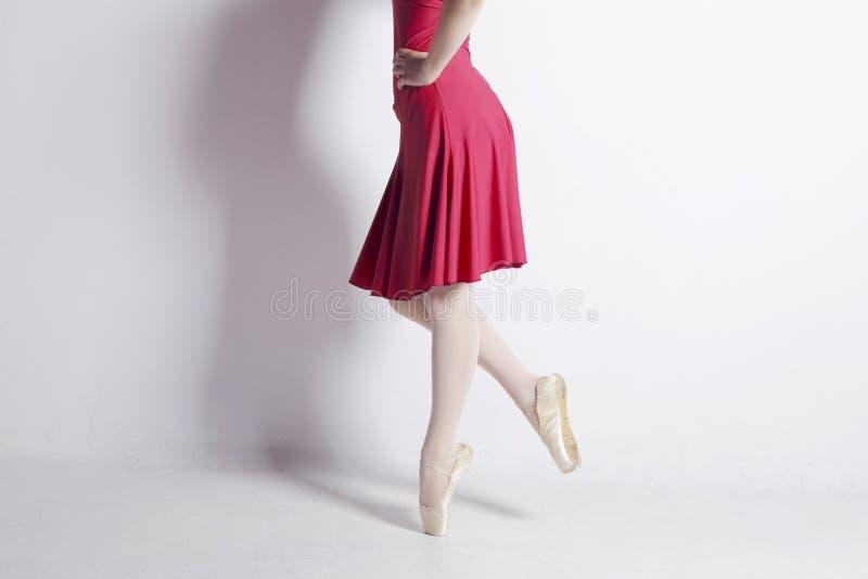 芭蕾舞女演员跳舞,与一非常使用的pointe鞋子 免版税库存图片
