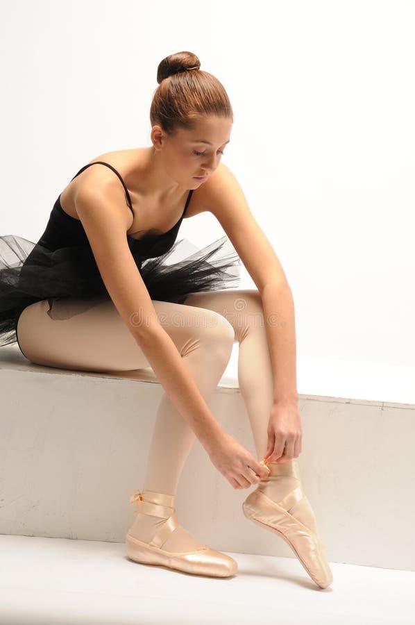 芭蕾舞女演员黑色坐了芭蕾舞短裙年&# 免版税库存图片