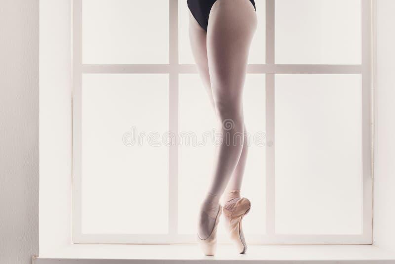 年轻芭蕾舞女演员,芭蕾实践的特写镜头腿pointe鞋子的 库存照片