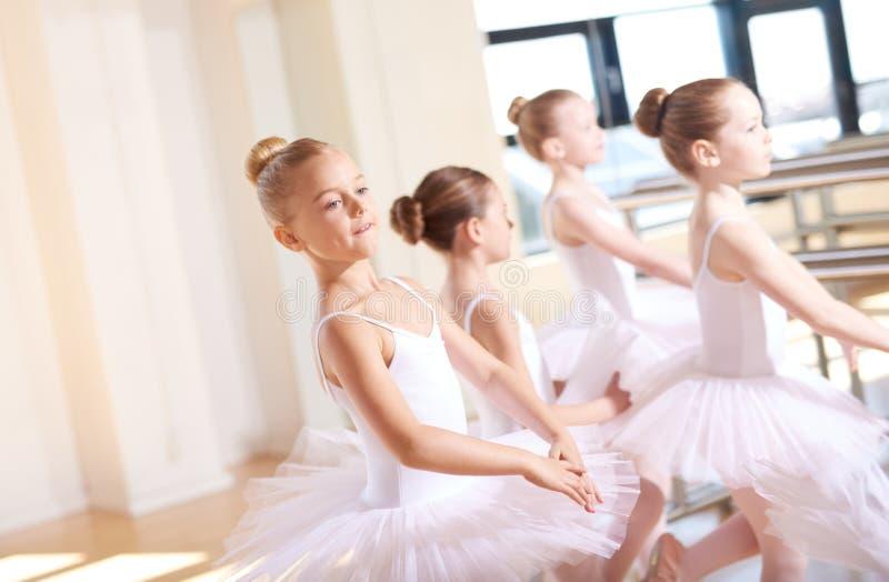 芭蕾舞短裙的小芭蕾舞女演员在舞蹈训练 库存图片
