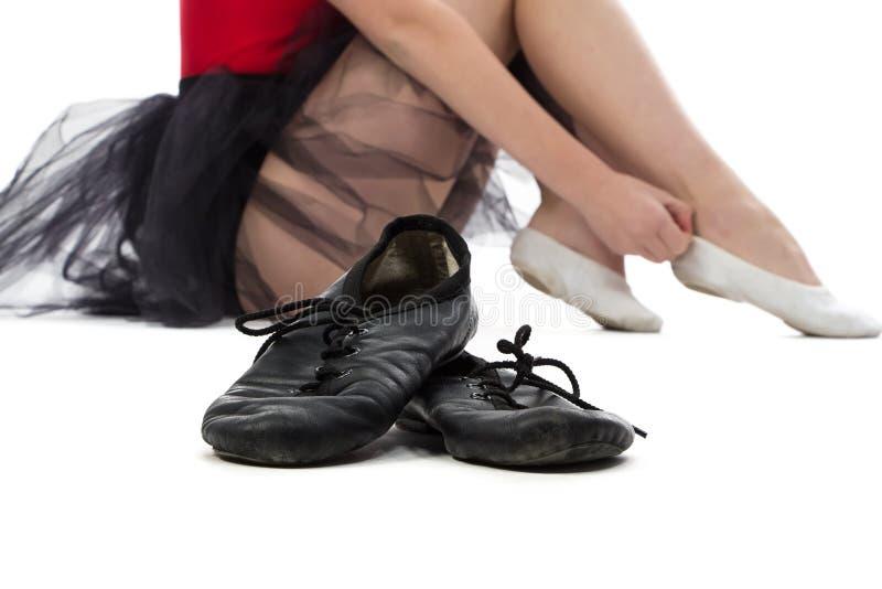 芭蕾舞鞋照片在地板上的 库存照片