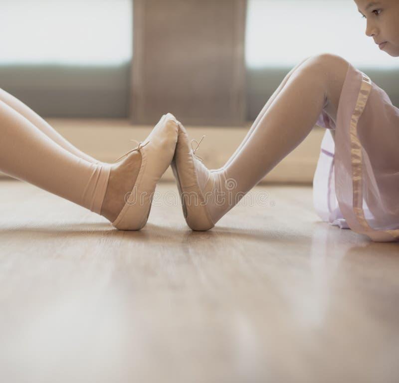 芭蕾芭蕾舞女演员舞蹈家执行者实践礼服概念 库存照片