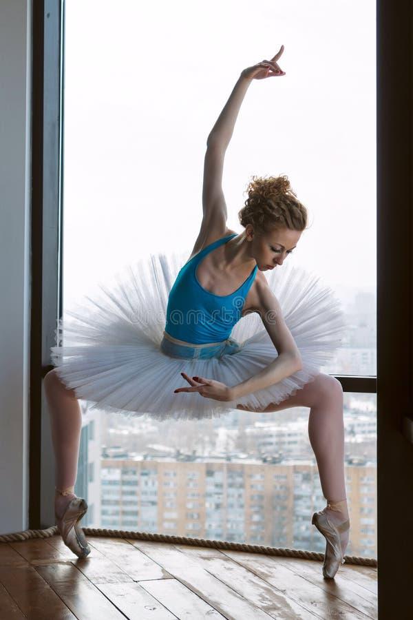 芭蕾芭蕾舞短裙和pointe的芭蕾舞女演员 库存图片